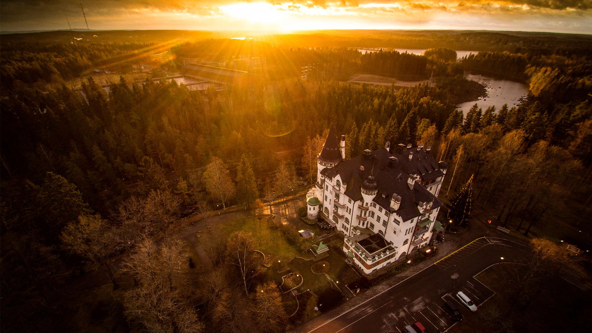 Imatran Valtionhotelli ja Imatrankoski auringonvalossa ylhäältä päin